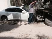 """بالصور… انقلاب شاحنة على """"اكورد""""… واستهتار الوافدين يستمر"""