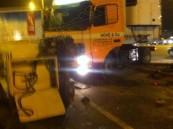 بالصور … استهتار قائدي الشاحنات يتواصل بحادث من ٣ شاحنات