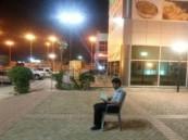 """(صورة) رجل أمن بـ""""الخبر"""" يقرأ القرآن في وقت فراغه.. الأكثر إعجاباً"""