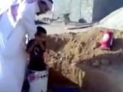 """بالفيديو.. شخص يخاطر بحياة طفل بإنزاله في بئر لجمع """"القراطيس"""""""