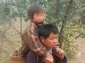 صيني يحمل ابنه المعاق 18 ميلاً يومياً ليتعلم