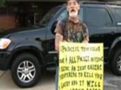 """ينفذ عقوبته بحمل لافتة كتب عليها """"أنا غبي"""""""