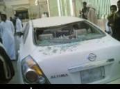في حادثة غريبة : طلاب مدرسة يهشمون سيارة معلم بطفاية حريق بمدينة المبرز  .
