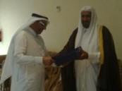 رئيس محاكم محافظة الأحساء يكرم الشعيبي