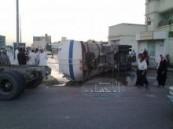 إنقلاب شاحنة لنقل المياه في بلدة الرميلة بمحافظة الأحساء .
