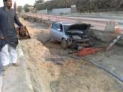 سقوط سيارة مواطن في حفرة تابعة لشركة أهلية و تلفيات و خسائر مادية كبيرة .