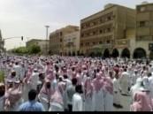 بجامع الإمام تركي بن عبد الله في الرياض …جموع كبيرة من المصلين تودع الشيخ العلامة ابن جبرين بعد صلاة ظهر اليوم
