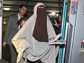 فرنسا تبدأ تطبيق حظر النقاب.. وتعتقل امرأتين منقبتين خلال تظاهرة في باريس