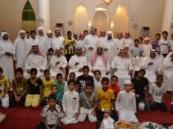 القائمين على مسجد العصفور بالهفوف يكرمون الناجحين من أبناء الحي .