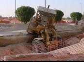 سقوط شاحنة في حفريات الصرف الصحي
