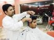 أمانة منطقة الرياض تلزم العاملين في صالونات الحلاقة بإرتداء الكمامات أثناء الحلاقة .