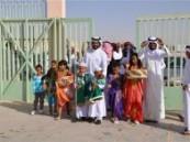 في أول يوم دراسي : أسرة بالأحساء تزف أبنها للمدرسة بالأهازيج والعرضة  .