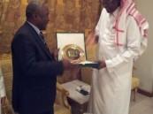 أحمد عيد يكرم رئيس اتحاد الكونغو لكرة القدم بدرع الاتحاد السعودي