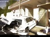قطع الإشارة يتسبب في إصطدام سيارة معلم ببوابة مدرسته