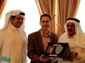 رئيس مجلس إدارة نادي الفتح يقيم مأدبة غداء للقنصل الأمريكي.