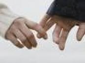 إمساك يد الحبيب أو النظر إلى صورته يمكن أن يخفف الألم  .
