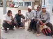 المتسوقين ناشدوا رجال الهيئة والامانة والشرطة : عمالة عمال يتجولون داخل الأسواق بملابس غير محتشمة  .