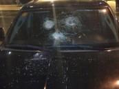 جماهير الاتحاد الغاضبة تهشم زجاج سيارة الحكم العمري
