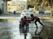 أمطار متوسطة  تخلف برك من المياه وأمانة  الاحساء كعادتها لا تحرك ساكنا