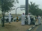 سائق سيارة كامري ينجو بأعجوبة في حادث مروع بعد اصطدام سيارته بعامود كهرباء
