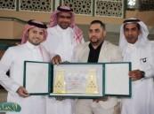 العفالق يدعم خزينة الفتح وإدارة العثيم تقدم درعاً تذكارياً لبطل زين