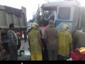 حادث تصادم بين ثلاث شاحنات أدى إلى احتجاز و إصابة احد السائقين