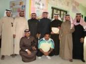 منسوبي مدرسة الإمام البيهقي المتوسطة يكرمون أثنين من أساتذة المدرسة .