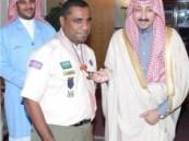 الأمير بدر بن جلوي يقلد الشويهين الشارة الكشفية الدولية في خدمة وتنمية المجتمع .