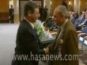 الأمير تركي الفيصل يصافح مسؤول إسرائيلي