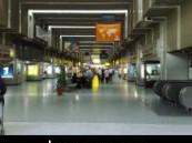 """في مطار القاهرة الدولي … خلعت """"الجزء الأسفل"""" من ملابسها وانقضت على """"كفيلها السعودي"""" بالقبلات والأحضان الحارة"""