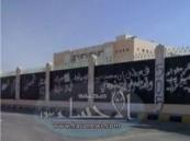الجهات الأمنية بالأحساء توقف حدثاً وتلاحق 3 آخرين  قفزوا مساء أمس إلى إحدى المدارس الثانوية بحي الصيهد  بالهفوف ( مرفق صور ) .