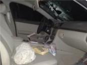 سقوط حجر (صخرة) على مواطن وهو يقود سيارتة