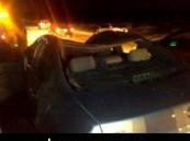 وفاة طبيب مصري وإصابة أسرته في حادث تصادم مع أربع جمال سائبة على طريق العقير العيون  .