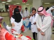 """زوار""""أعد لدمك الحياة"""" بمستشفى الملك فهد الجامعي يتفاعلون مع المعرض ."""