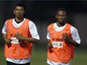 لاعب الهلال السابق عمر الغامدي يتقدم لاعبي الشباب في اول تدريب .