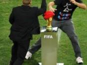 في المباراة النهائية … مشجع حاول سرقة كأس العالم