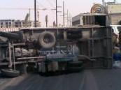 إصابة 11  ضمن 40 عاملاً في حادث إنقلاب سيارة ( دينا ) يعكس مدى تقاعس المرور في منع نقل العمالة في أحواض السيارات المكشوفة .