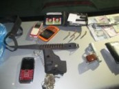 ضبطتهم دوريات الأمن متلبسين بأدوات الجريمة : ثلاثة من جنسيات مختلفة ينتحلون صفة رجال الجوازات ويسطون على العمالة .