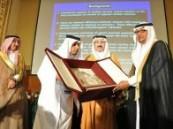 الأمير بدر بن جلوي يكرم مدير صحة الأحساء .