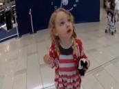 بالفيديو .. رد فعل طفلة عند سماعها صوت الأذان