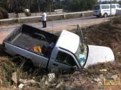 """بالصور … تصادم بين سيارتين يلقي بإحداهم في """" الصرف """""""
