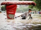 اقالة مسؤول صيني حمله أحد القرويين على ظهره بسبب الفيضانات