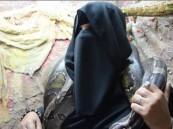 بالفيديو .. سيدة سعودية تصطاد الثعابين وتربيها لتوفير القوت لها ولابنتها