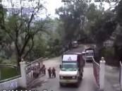بالفيديو .. شاحنة هندية تسقط من أعلى منحدر عقب تعطل الفرامل