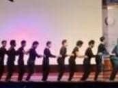 بالفيديو … رقصة البطريق على مسرح جامعة جازان في ملتقى طلاب الجامعات