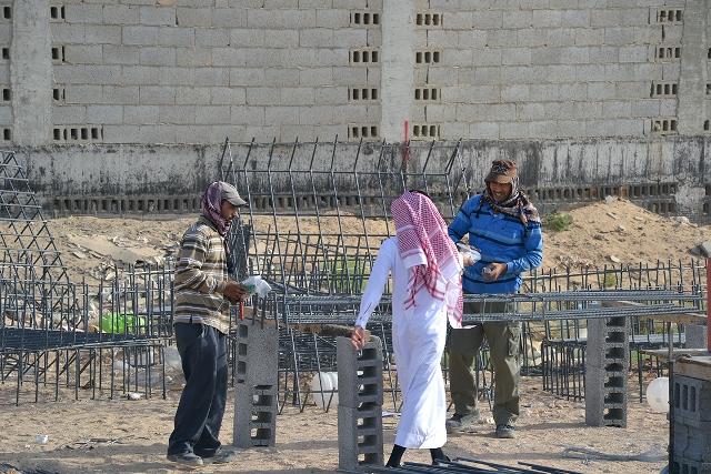 """شباب محاسن يقدمون """"١٦٠"""" عيدية لعمال النظافة والبناء في الحي"""