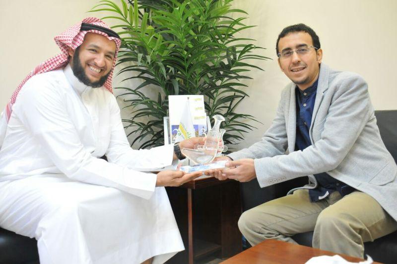 خيرية العيون تكرم شركة الصحراء لدعمها برامج الجمعية