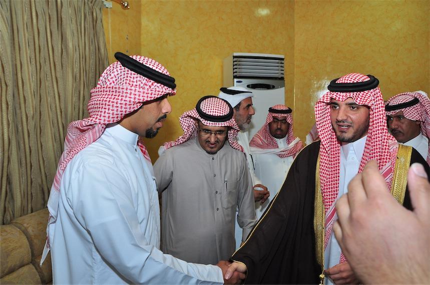 الأمير عبدالعزيز بن سعود بن نايف يقدم واجب العزاء في فقيد المري