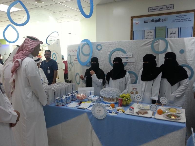 طالبات الجامعة مع مدير المستشفى