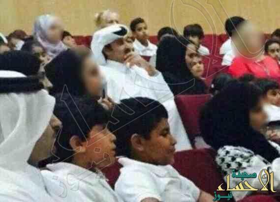 بالصورة… أمير قطر يحضر اجتماع أولياء الأمور بمدرسة نجله ويجلس بين الحضور